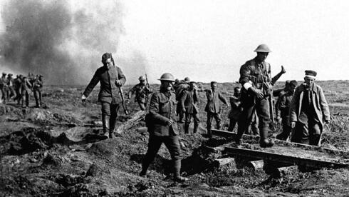 Eine Szene aus der Schlacht an der Somme: Nahe Ginchy, im Norden Frankreichs, tragen deutsche Gefangene verwundete Briten. Quelle: ap