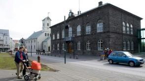 Islands Parlamentsgebäude in Reykjavik. Fünf Jahre nach der Bankenkrise steht Island vor einem Machtwechsel. Quelle: dpa