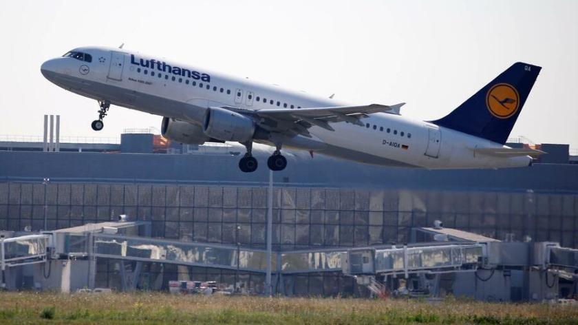 """Die Lufthansa fordert in dem Schreiben, am Drehkreuz Frankfurt solle eine """"Absenkung um zwei auf 102"""" Flugbewegungen je Stunde erfolgen. Quelle: Reuters"""