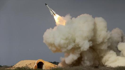 Der Iran feuert immer wieder Raketen ab (Archivfoto vom 29. Dezember 2016). Nun nimmt die US-Regierung dies als Steilvorlage für eine aggressivere Haltung gegenüber dem Land. Quelle: AP