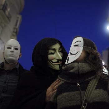 Aktivisten von Anonymous im spanischen Malaga. Die Gruppe will Wikileaks-kritische Konzerne mit Faxen überfluten. Quelle: Reuters
