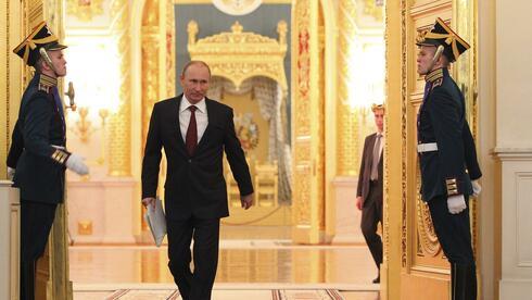 Wladimir Putin spaziert durch den Moskauer Kreml. Der russische Präsident hat viele Tonnen Gold kaufen lassen. Quelle: Reuters