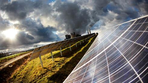 Die Sonne scheint in Inden auf eine Solaranlage. SPD-Chef Sigmar Gabriel will in Zukunft wieder vermehrt auf fossile statt auf erneuerbare Energiequellen setzen. Quelle: dpa