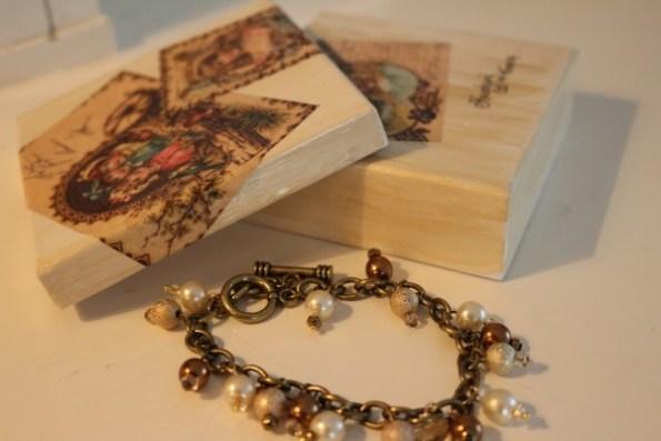 Smyckesask med dekopage, armband i brun metall