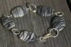Armband med Zebrastenar