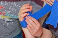 Das Tape wird zirkulär um die Handinnenfläche gewickelt…