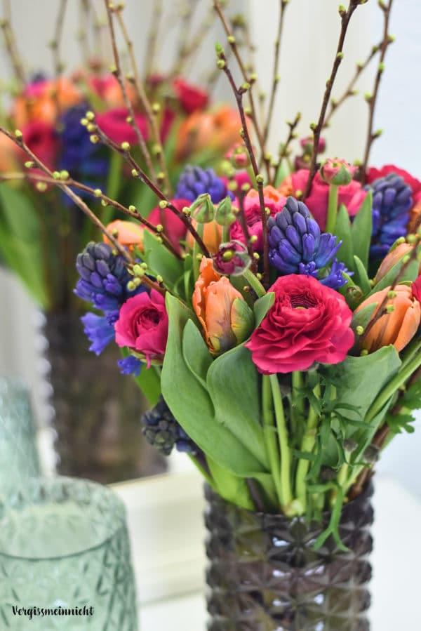 Frhlingsstrau mit Ranunkeln Tulpen und Hyazinthen