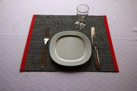 Tischsett mit Teller Besteck und Glas
