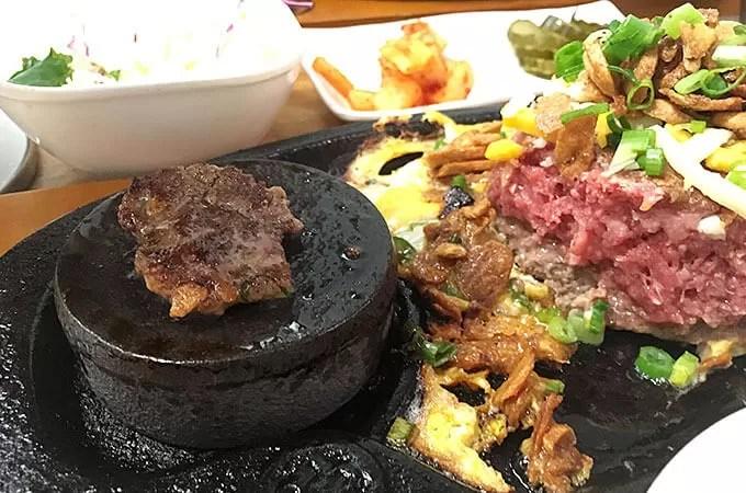 石の上で焼きながら食べる福岡ハンバーグ