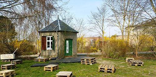 Bryghuset med pallerborde i forårsgrøn park