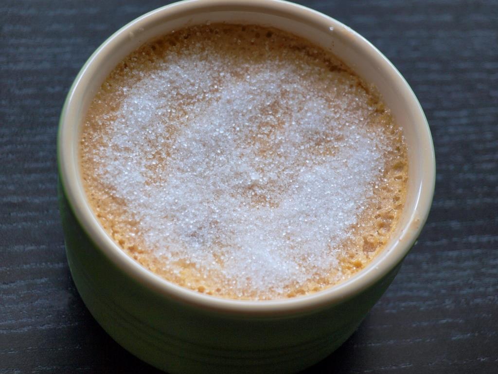 Zucker auf die Creme geben