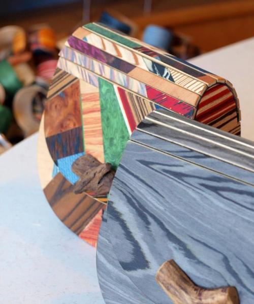 Holzhandtaschen und -armreifen von Neuholz