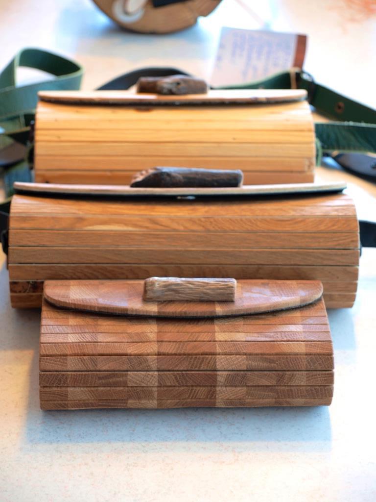Holzhandtaschen in verschiedenen Größen