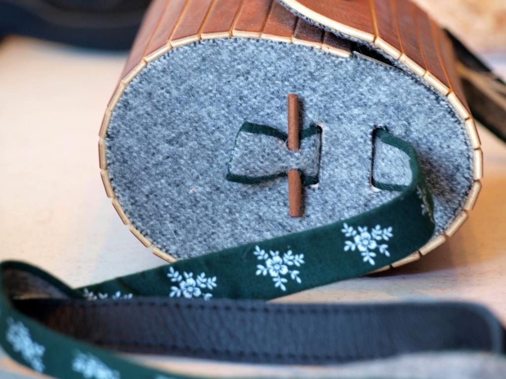 Holzhandtaschen mit Loden- und Dirndlstoff als Träger und Innenfutter