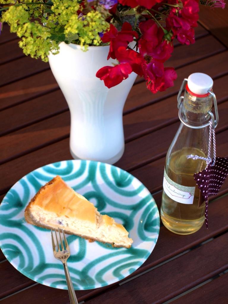 Kirschen und Holunderblütensirup verstecken sich in diesem Cherry-Cheesecake mit Holunderblüten-Curd