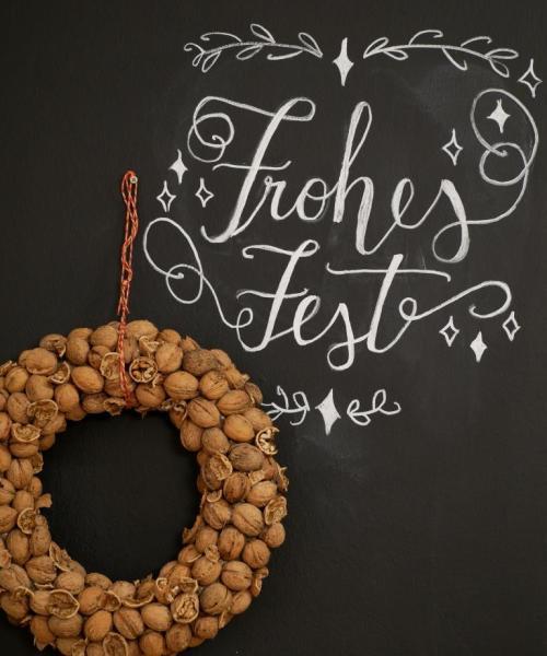 """DIY Nusskranz mit Hand Lettering """"Frohes Fest"""" als winterliche Deko"""