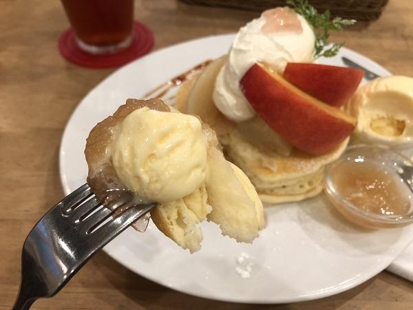 voivoiの桃のパンケーキ。桃&カルピスアイスを一緒に。