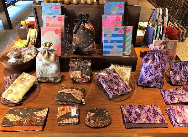 ★奈良「遊 中川」本店。ずらっとならぶ秋の和小物