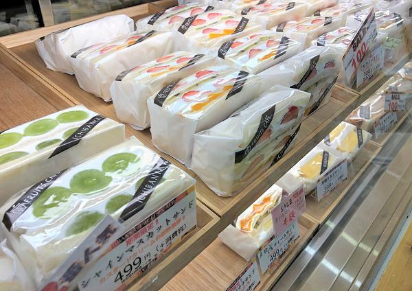 奈良一人旅で立ち寄った「イチバンヤ フルーツカフェ」のショーケース。フルーツサンド色々