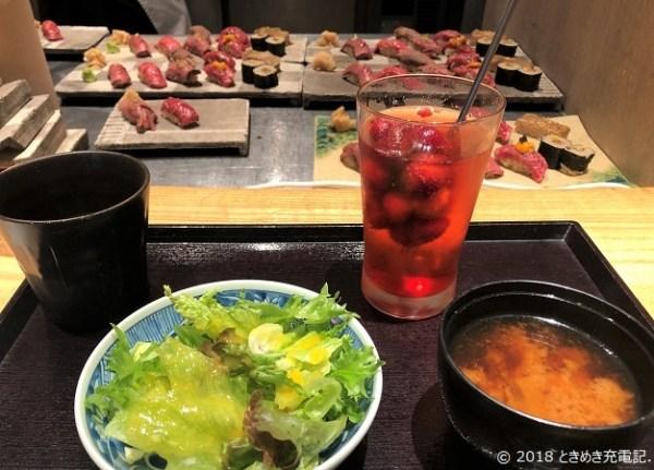 「肉割烹-KINTAN-コレド室町」のサラダ、肉寿司と生いちごサワー