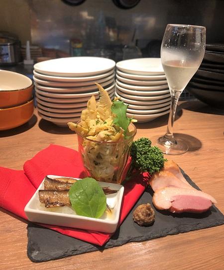 202005清澄白河・九吾郎ワインテーブルで冷たいスパークリングワインと前菜3種盛り合わせ