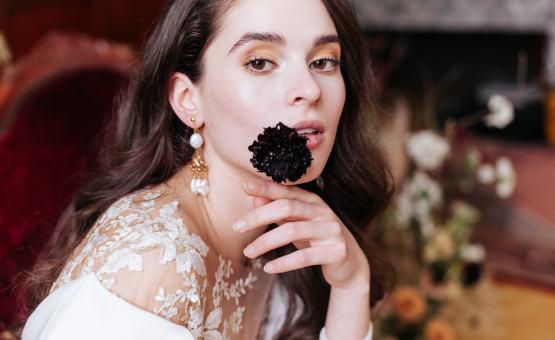 Bruidsjurk Jumpsuit zijden overslagblouse bruidsbroek, eenvoudig wit trouwpak. Hanneke Peters Couture, Yara Photography