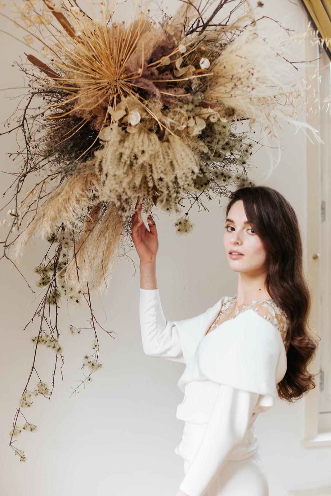 Bloemen op  je bruiloft, Bruidsjurk Jumpsuit zijden overslagblouse bruidsbroek, eenvoudig wit trouwpak. Hanneke Peters Couture, Yara Photography