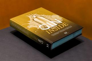 Gin Buch roter Hintergrund