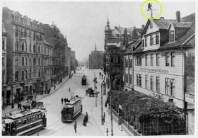 Übrigens hatte schon das Vorgängergebäude eine Bärenfigur zu bieten, und zwar als Wetterfahne auf dem Dach.   (Postkarte um 1900, Nachlass Werner Krämer); die Wetterfahne ist gelb eingekreist.