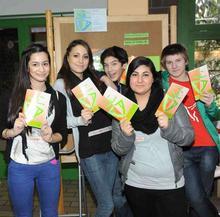 Schüler mit der Ali-Broschrüre 2012