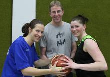 Die Center-Spielerinnen Anne (li.) und Christina freuen sich in der kommenden Saison auf intensive Betreuung von Center Coach Stephan Oestmann