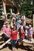 Carsten Rau und Gisela Gleitz freuen sich mit den Kindern der Kita Mathilde über das neue Außengelände (Foto: S. Steingräber)