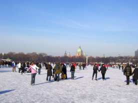 Blick übers Eis in Richtung Rathaus