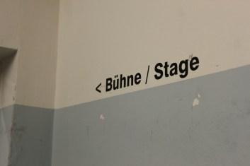 Zur Bühne