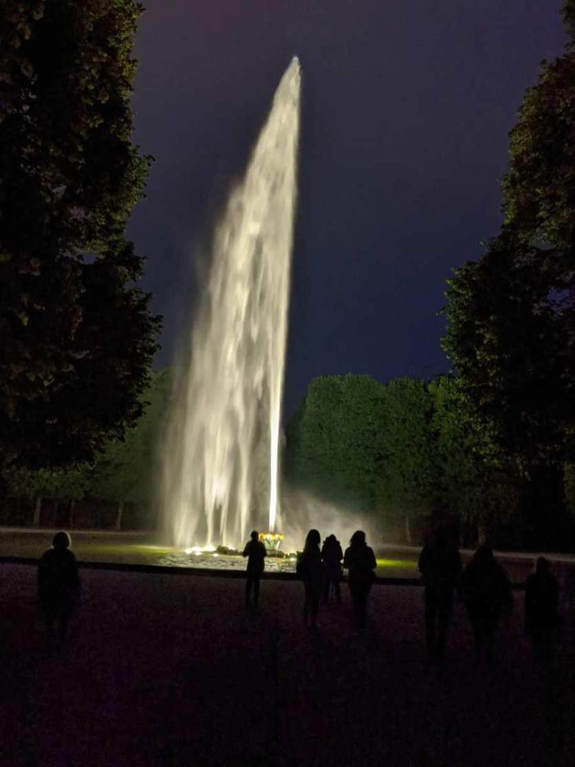 Beleuchtete große Fontaine