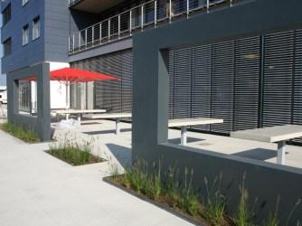 Ein Blick durchs Fenster auf die fast fertig gestellte Terrasse des Betriebsrestaurants