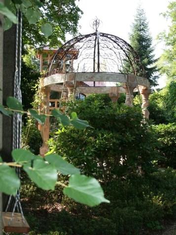 Wir bedanken uns bei Frau Rößler, die uns freundlicherweise einige ihrer sehr kunstvollen, schönen Fotos von diesem Garten zur Verfügung gestellt hat.