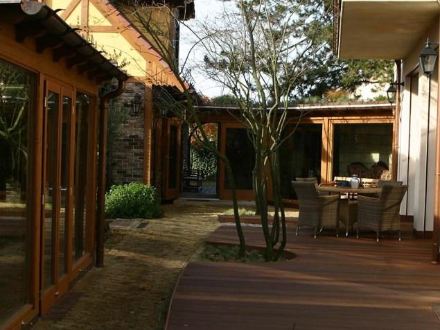 Links im Bild - die Orangerie, die als Anbau an ein bestehendes Haus errichtet wurde und nunmehr einen sehr schönen Platz zum Überwintern der Kübelpflanzen bildet.