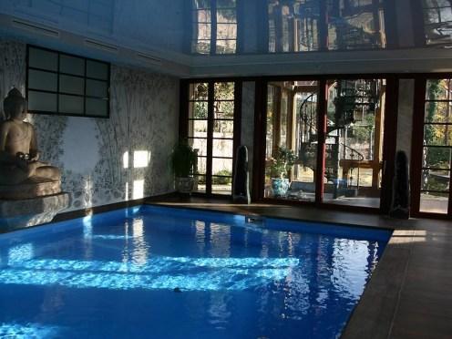 Vom Schwimmbecken hat man von 3 Seiten einen sehr schönen Blick in den Garten, die Fenster des Schwimmbads sind bodenlang zu öffnen, so dass man sich im Sommer fast wie in einem Freibad fühlt.