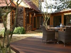 Sehr geschützt ist dieser Sitzplatz des Gartens auf einer etwas erhabenen Holzterrasse. Zwei wunderschöne Schirmamelanchien beschatten im Sommer diesen Sitzplatz.