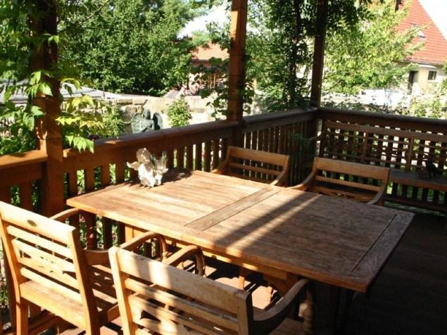 Verschiedene Sitzplätze bieten Abwechslung und eröffnen einem immer wieder einen neuen Blick auf und in den Garten.
