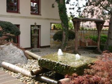 Das Wasserspiel im Eingangsbereich, der asiatisch gestaltet wurde, gibt Kraft und Energie, es ist umrahmt von japanischen Ahörnern.
