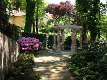 Die Sandsteinplatten, die integriert wurden in die wassergebundene Wegedecke, weisen den Weg zu einer der Hauptattraktionen des Gartens, dem marmornen Pavillon.