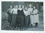 Hier in de zwarte jurk in het midden (in Berg en Bosch, 1935).