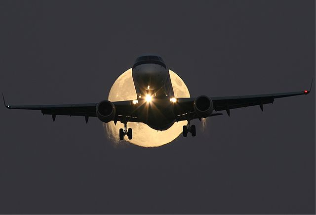 Embraer_ERJ-170_in_full_moon