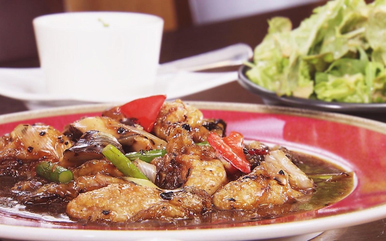 おしゃれ空間で頂く、ぷりっぷりの牡蠣と彩野菜をつかった黒豆味噌炒め