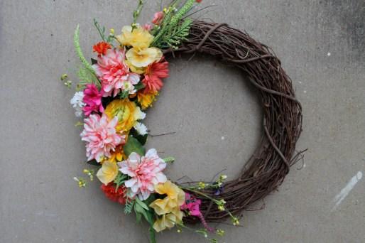 DIY Spring Floral Wreath   read more at happilythehicks.com