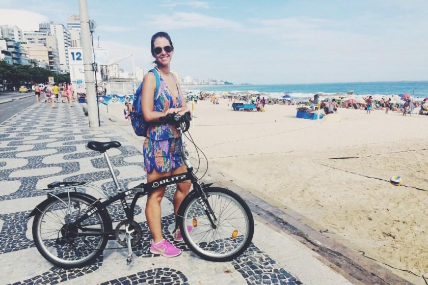 Mi súper bici plegable de alquiler tenía un pedal roto y un freno algo dudoso. Pero la voluntad carioca no comprende de estas nimiedades. Me ofrecieron cambiarla por una sin freno. Opté por sufrir con el pedal.
