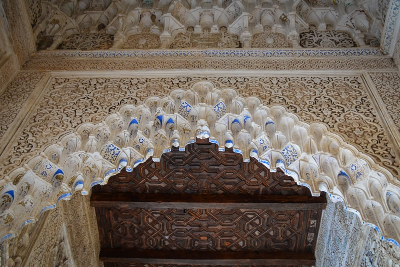 Wooden ceilings and pointed arches with honeycomb details