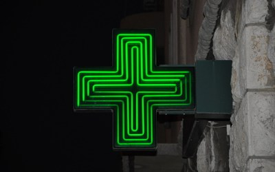 Zoom sur l'enseigne lumineuse de Pharmacie